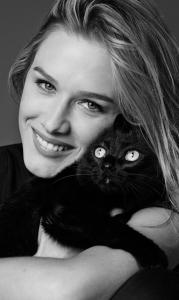 Com dez bichos de estimação, Fiorella Mattheis adota uma gatinha