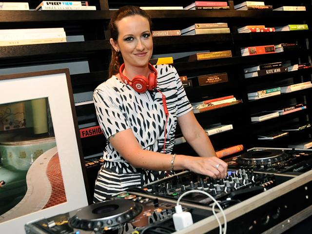 DJ Mari Rossi e seu top 5 de hits do verão estão aqui. Play!