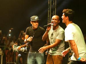 Neymar e Gabriel Medina se juntam a Thiaguinho em palco de balada