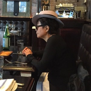 Yoko Ono é flagrada em NY por glamurette. Olha o clique!