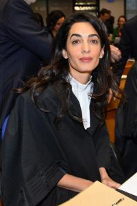 Amal Alamuddin Clooney dá show de ironia em corte na França