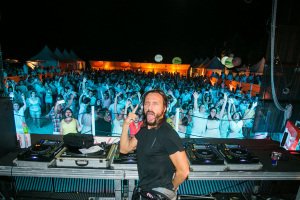 Com top DJ Bob Sinclar, Réveillon Absoluto agita praia do Gunga