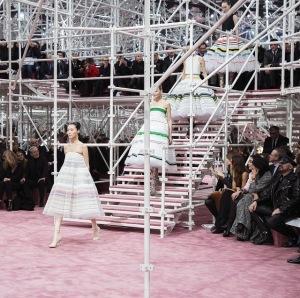 Com Natalie Portman na fila A, Dior mostra sua alta-costura em Paris