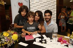 Maria Ribeiro lança livro no Leblon com noite de autógrafos