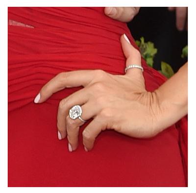 O anel poderoso de noivado que a atriz exibiu na premiação