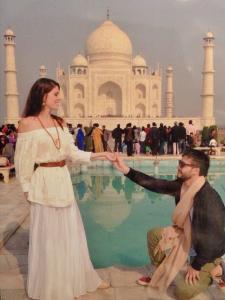 Camila Schnarndorf e Carlinhos de Barros Jorge em rolê pela Índia