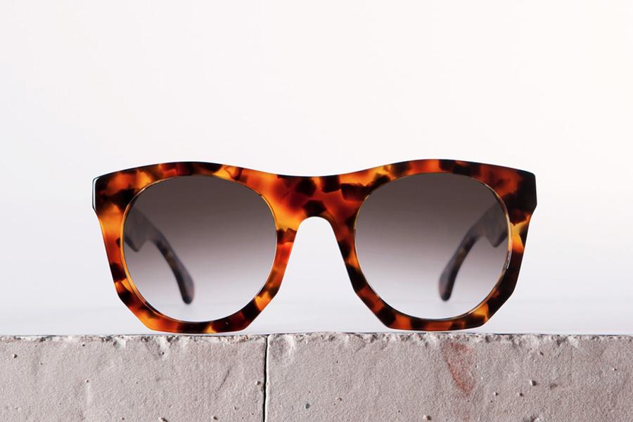 8906eb6d87252 Conheça os óculos cheios de estilo do designer espanhol Alfred Kerbs ...