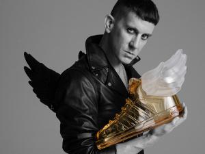 Comemorando 10 anos de parceria, Jeremy Scott desenvolve sua primeira fragrância para a Adidas