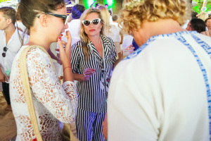 Kate Moss se joga de pijama em festa de Ano Novo em Trancoso
