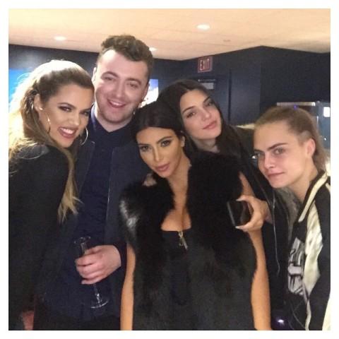 Khloe Kardashian, Kim Kardashian  e Kendall Jenner com  Cara Delenvigne no camarim depois do show de Sam Smith || Créditos: Reprodução Instagram