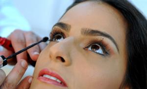 Do Rio, Marcella Fogaça ensina truque de beleza para Glamurama