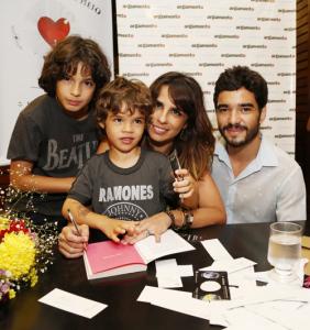 Maria Ribeiro lança livro e relembra briga com a BFF Carolina Dieckmann