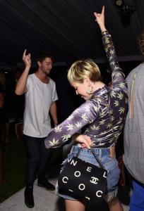 Miley Cyrus tatua pacto com a trilogia amor, dinheiro e festa