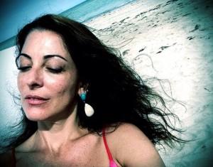 Ana Paula Padrão, de férias do Master Chef, curte praia de Milagres