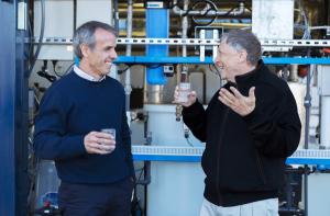 Bill Gates toma água a partir de dejetos humanos! Oi?