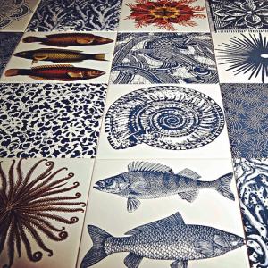 Lá em Casa: tanto mar nos azulejos de Calu Fontes