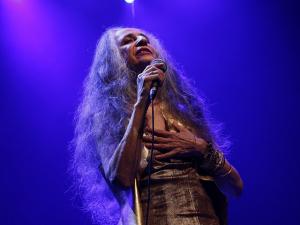 Show de Maria Bethânia no Rio tem Chico na plateia e performance impecável