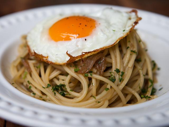 Spaguetti do poverello com aliche, ragu de cebola e ovo frito por cima || Créditos: Divulgação