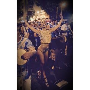 Sabrina Sato arrasa quarteirão com hot pant e samba no pé