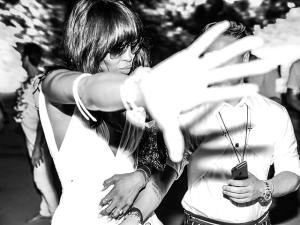 Naomi Campbell perde o rebolado em pleno clima de festa em Trancoso