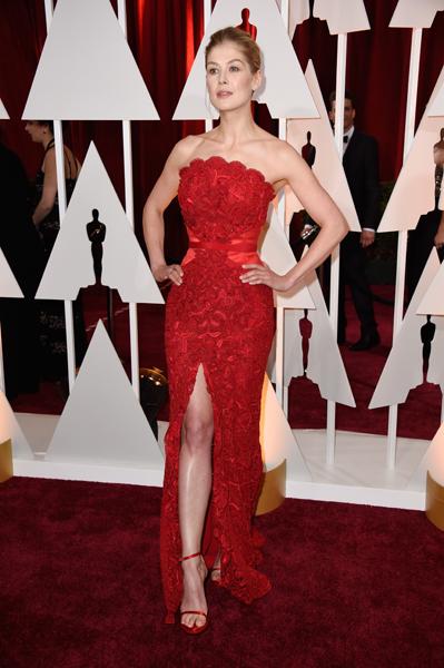 Rosamund Pike usando Givenchy