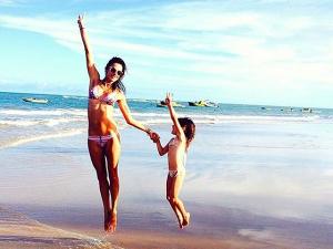 As férias merecidas de Alessandra Ambrósio no Uxua, em Trancoso. Espia só!