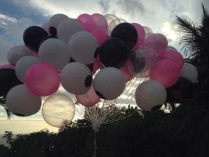 Glamurettes se divertem com chuva de balões no Rio