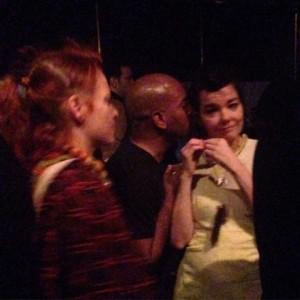 """Björk ganha um """"chega mais"""" em balada em Nova York"""
