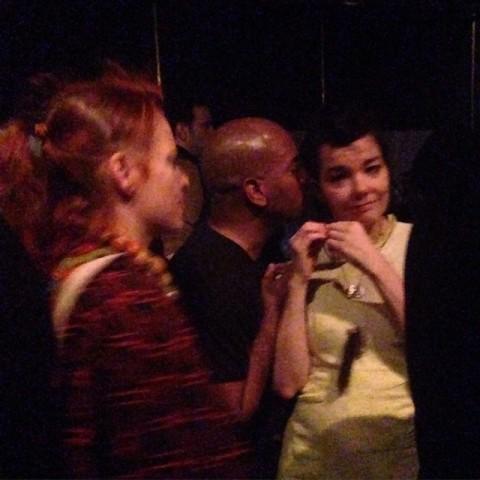 Björk é paquerada na balada em NY     Créditos: Reprodução Instagram