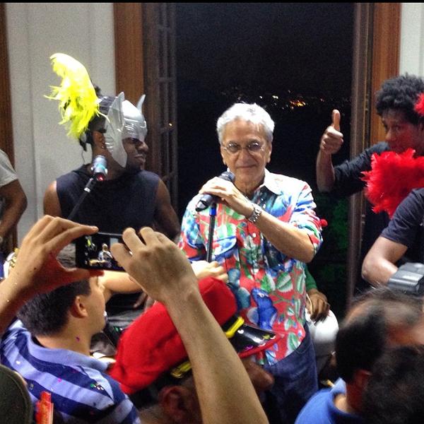 Caetano dando canja na roda de samba de Pretinho da Serrinha