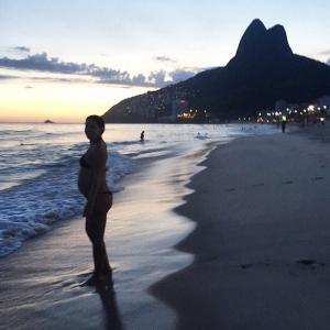 Grávida, Carolina Ferraz mostra seu barrigão em praia do Rio