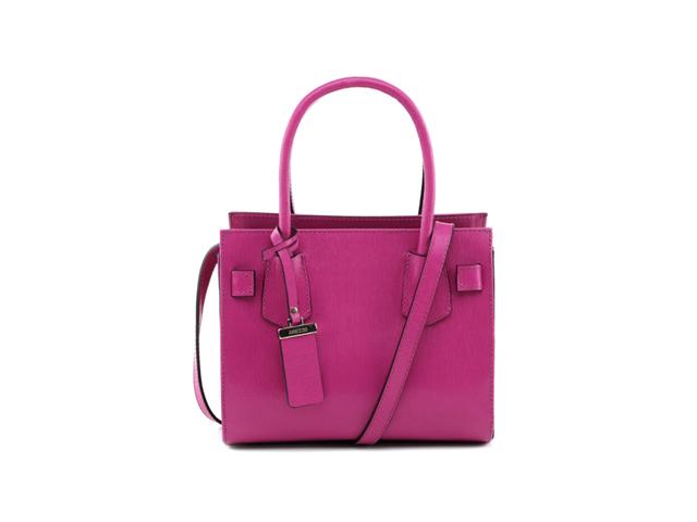 c031ce67c1 Verão pede cor e nada melhor que um modelo clássico com um colorido  eletrizante. Nosso Desejo do Dia é a tote shoulder bag pink da Arezzo. O  preço
