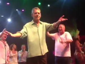 Chico Buarque canta, samba e reverencia a Mangueira. Play!