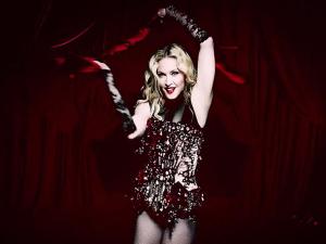 """Madonna lança clipe de """"Living for love"""" para milhões de internautas"""