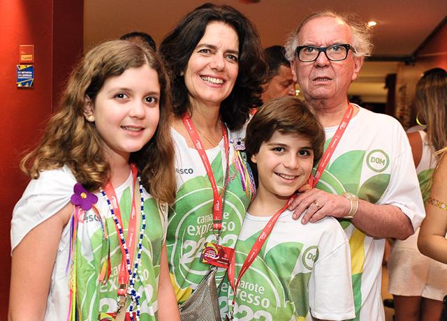 Patricia e Washington Olivetto com os filhos do casal, Antônia e Theo || Créditos: Paulo Freitas