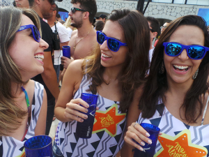 Todo mundo enxerga azul na Pool Party do camarote Skol Beats Senses