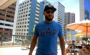 """Pedro Barbosa aposta em camisa Gap: """"adoro o conforto e praticidade"""""""