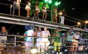 Com a Mocidade, Claudia Leitte põe foliões pra sambar em Salvador. Play!