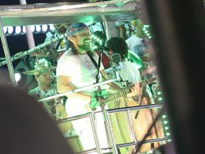 Bell Marques chama Caio Castro para subir no trio em Salvador