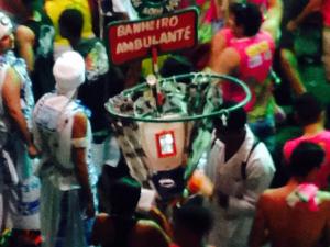 Banheiro ambulante é moda em Salvador. Como é que é?