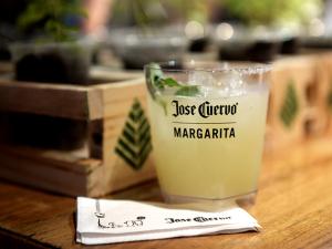 Sexta de Carnaval foi regada a Cuervo Margarita Flora. À receita!