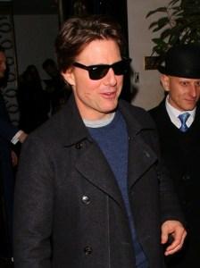 Tom Cruise janta com duas estrelas do cinema e sai com marca de batom
