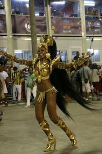 Cris Vianna brilha como rainha de bateria da Imperatriz. Play!