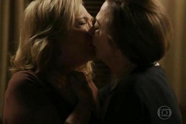 O beijo gay de Fernanda Montenegro e Natália Timberg || Crédito: Reprodução / TV Globo