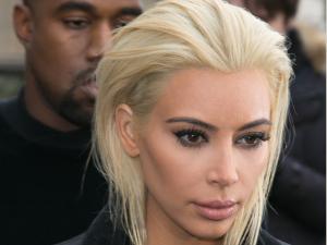 Kim Kardashian aparece platinada e quase irreconhecível