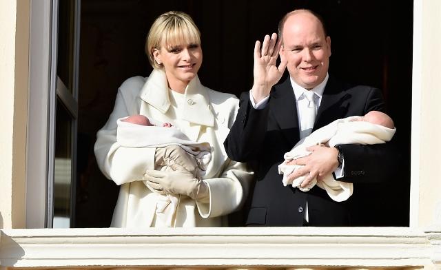 Princesa Charlene e o príncipe Albert II com os gêmeso  Gabriella  e Jacques     Créditos: Divulgação