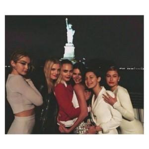 Chanel põe tops e fashionistas a bordo de cruzeiro pelo rio Hudson