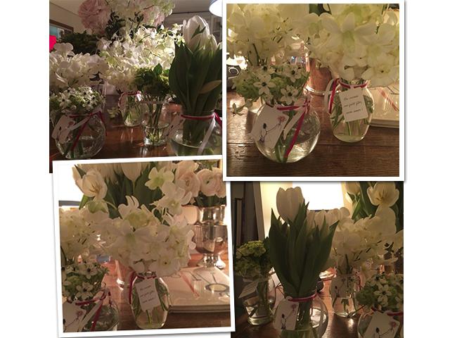 Alguns cliquesdos vasinhos distribuídos na saída, com flores variadas. Cada um escolhia sua preferida || Crédito: Reprodução