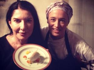 """Marina Abramovic experimenta pratos brasileiros: """"Como um abraço"""""""