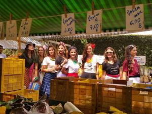 Luiza Vanzetto vai à feira com as amigas para nova coleção da Moolata